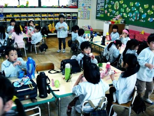 園児たち教室で