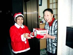 渡波で,独居の阿部純子さんは思いがけないクリスマスケーキに喜ばれます。
