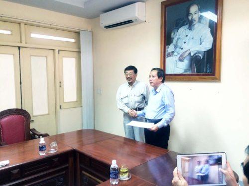 ホアン議長に井戸敏三兵庫県知事,久元喜造神戸市長の親書を手渡す 2016年11月16日